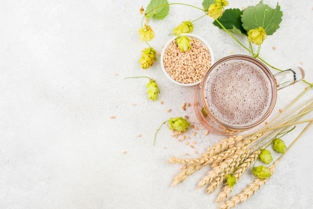 Sopra la cornice di semi di birra e grano vista