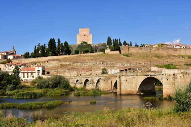 View of bridge and the castle of henry ii of castile (14th century) and river agueda, ciudad rodrigo, castile and leon, spain
