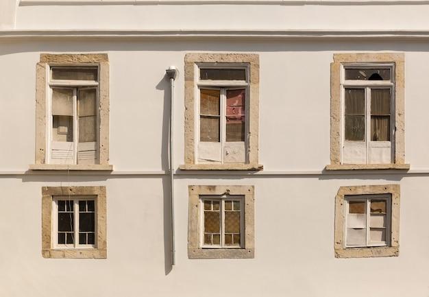 窓のある建物の壁を見る