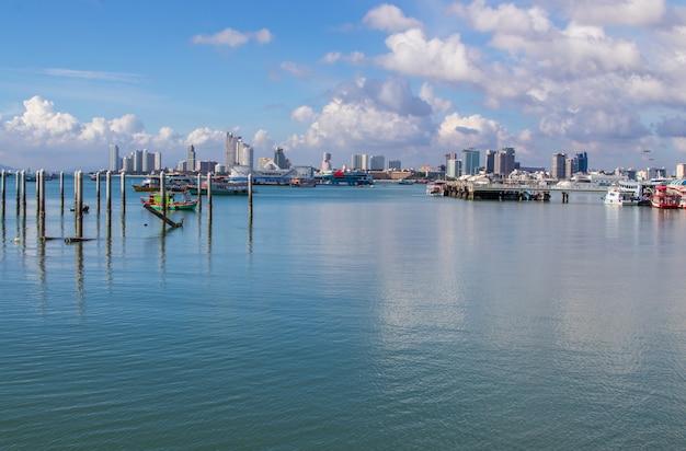 Vista del paesaggio urbano e dell'acqua vicino alla spiaggia del distretto di pattaya chonburi nel golfo di thailandia