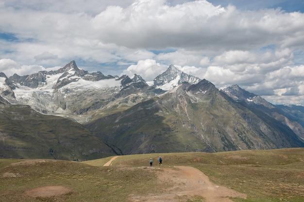 ツェルマット、スイス、ヨーロッパの国立公園でクローズアップ山のシーンを表示します。夏の風景、太陽の光の天気、劇的な青い空と晴れた日