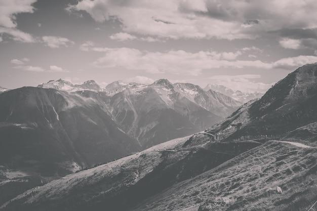 Просмотр сцены гор крупным планом, трасса большого ледника алеч в национальном парке швейцарии, европе. летний пейзаж, солнечная погода, голубое небо и солнечный день