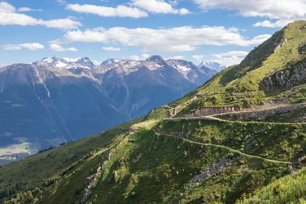 Рассмотрите сцены гор крупным планом, трассу большого ледника алеч в национальном парке швейцарии, европе. летний пейзаж, голубое небо и солнечный день Premium Фотографии