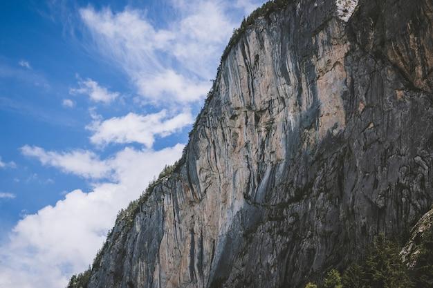 Просмотр крупным планом гор в национальном парке города лаутербруннен, швейцария, европа. летний пейзаж, солнечная погода, драматическое голубое небо и солнечный день