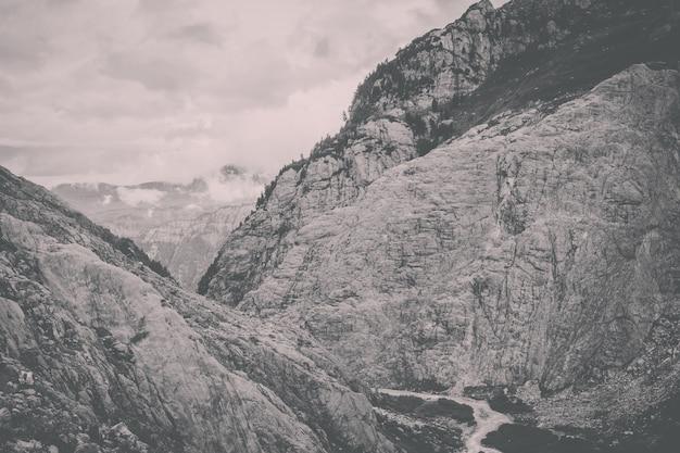 Рассмотрите сцены реки крупным планом в горах, национальный парк швейцарии, европы. летний пейзаж, солнечная погода, драматическое голубое небо и солнечный день