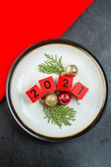 Sopra la vista dei numeri degli accessori di decorazione su un piatto su un tavolo scuro