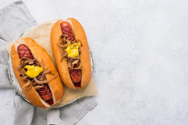 Sopra vista deliziosa disposizione di hot dog