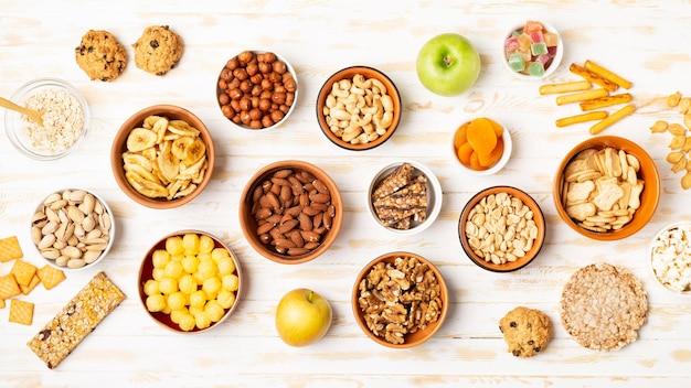 Sopra vista diversi snack in ciotole