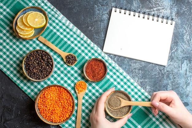 Sopra la vista della preparazione della cena con vari peperoni su sfondo grigio