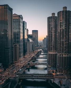 일몰에 위에서 시카고 강을 내려다 봅니다.