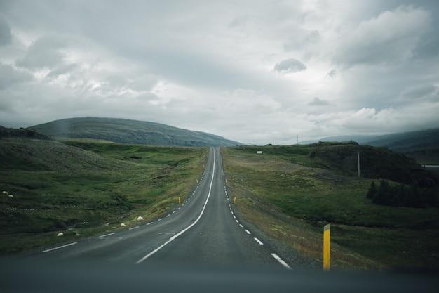 Vista sulla strada islandese vuota dall'interno dell'auto