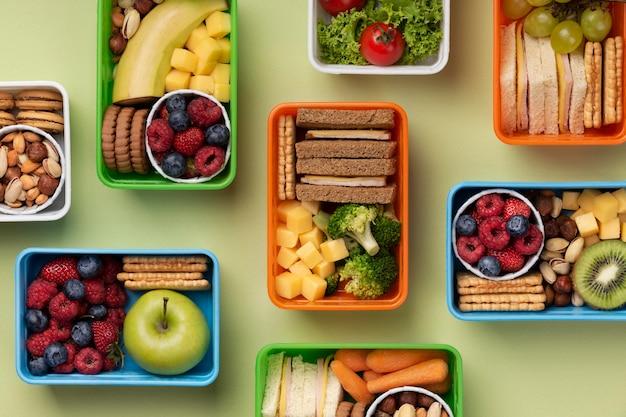 Assortimento di scatole per il pranzo di cibo sopra vista