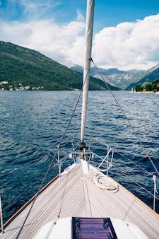 푸른 산과 흰 구름과 푸른 하늘에 항해 요트의 활에서보기
