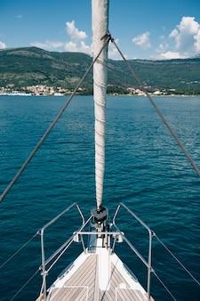 바다와 산으로 항해하는 요트의 활에서보기