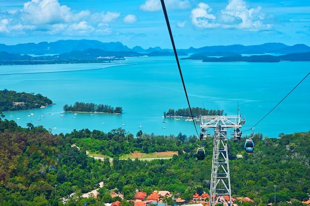 Вид с канатной дороги высоко в горы на тропический остров лангкави. невероятный природный ландшафт.