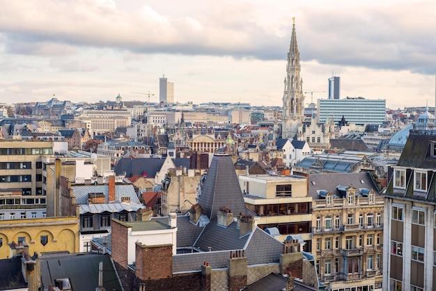 ベルギーのグランドプレイス広場にあるブリュッセル市庁舎の尖塔を遠くから見る