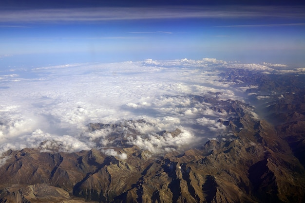 헬리콥터에서 눈으로 덮인 산봉우리까지 보기