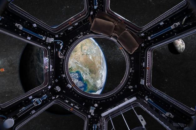 Nasa에서 제공 한이 이미지의 지구 요소에있는 우주 정거장의 현창에서보기