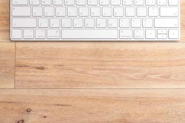 木製の机の上のコンピューターで上からの眺め。