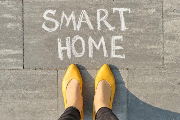 Вид сверху, женские ноги с текстом умного дома