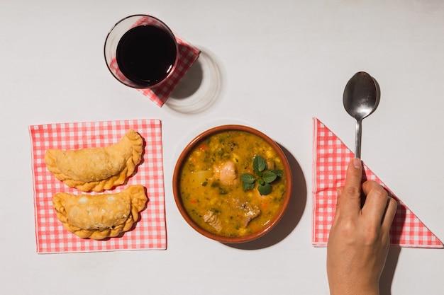 おいしい典型的なアルゼンチン料理を上から見たところ。