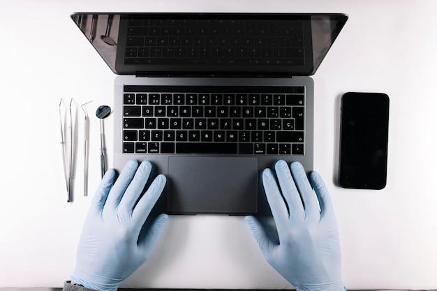 ラテックス手袋を書いて医師の手の上からの眺め