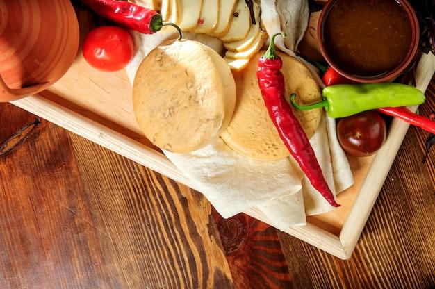 白い木製のテーブルにグルジア料理の上からの眺め。上面図。コピースペース。