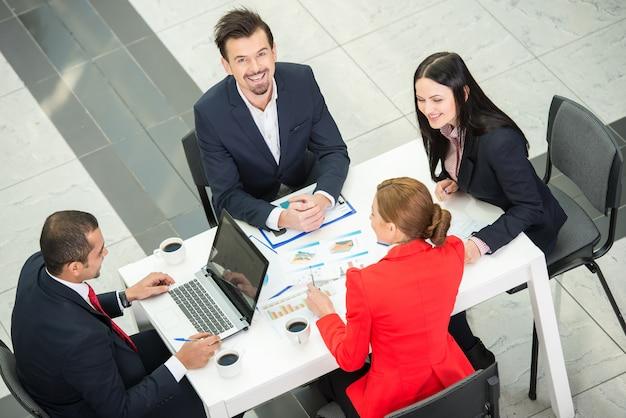 Вид сверху нескольких бизнесменов, планирующих работу