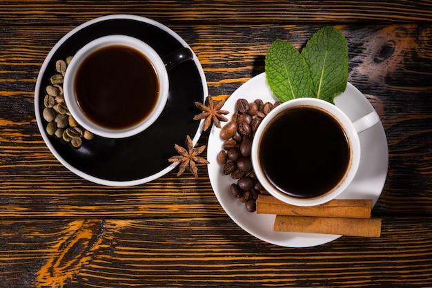 茶碗の中のお茶とコーヒーの上からの眺め