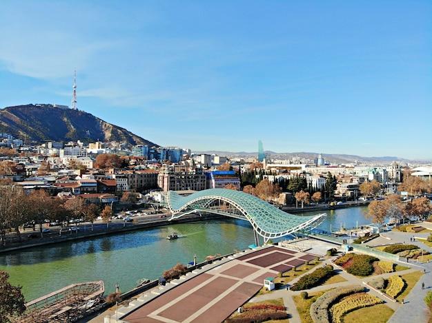 Вид сверху на городской пейзаж тбилиси в грузии