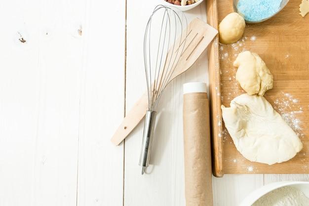 皿の上のクッキーとテーブルの上の台所用品を上から見る