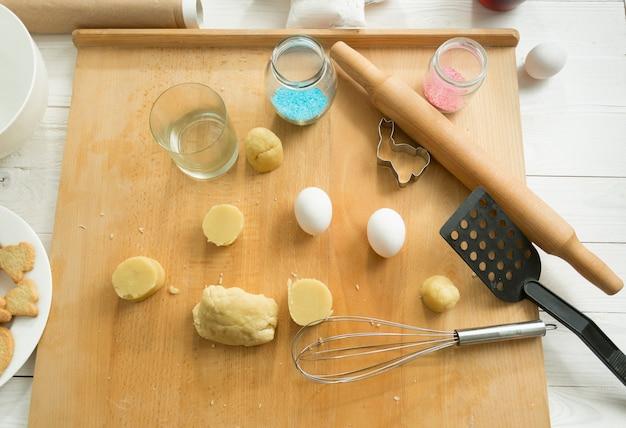 台所用品と生地を上から見る