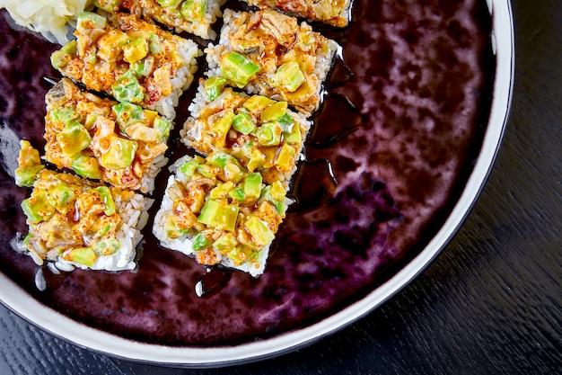 매운 suchi 롤 위에서 볼. 선택적 초점. 일본 음식. suchi 롤. 해물. 점심 생선. 건강, 다이어트, 균형 잡힌 음식. 공간을 복사하십시오. 평면도