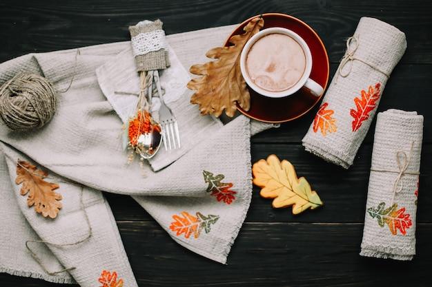 Вид сверху на стол с льняными кухонными полотенцами и кофейной чашкой. стильная осенняя планировка квартиры.