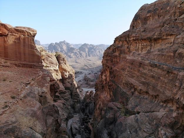 上からの眺め。世界遺産で最も重要な古代都市の1つ、中東の真の真珠-ナバティアンシティペトラ。ヨルダンの素晴らしい歴史的な場所