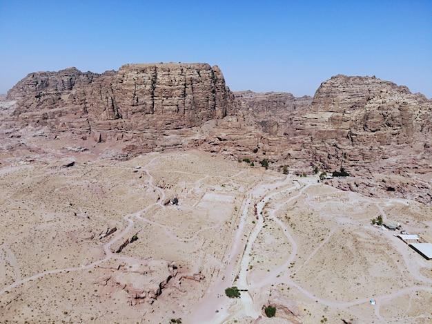 上からの眺め。世界で最も重要な古代都市の一つ。世界遺産、中東の真の真珠-ナバティアンシティペトラ。ヨルダンの素晴らしい歴史的な場所