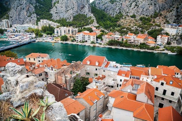 クロアチア、マカルスカリビエラ、オミシュの町の小さな家とツェティナ川を上から見たところ