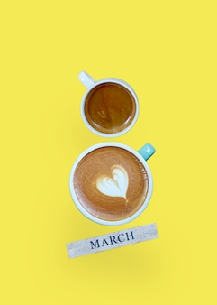 Вид сверху с 8 марта две чашки кофе