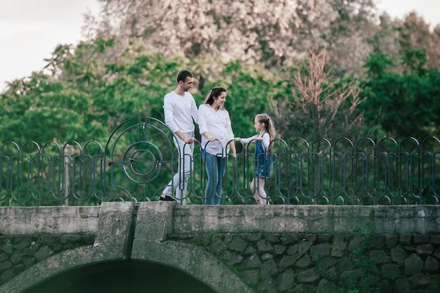 다리에 서 있는 어린 딸과 함께 far.parents에서 볼 수 있습니다.