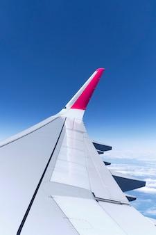 曇り空を飛んでいる飛行機からの眺め