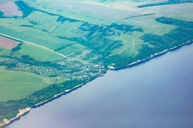 지구 표면-강에 비행기에서 볼. 볼가 강