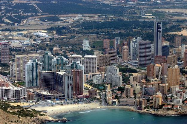 Вид с самолета на великолепный и туристический средиземноморский город бенидорм, испания