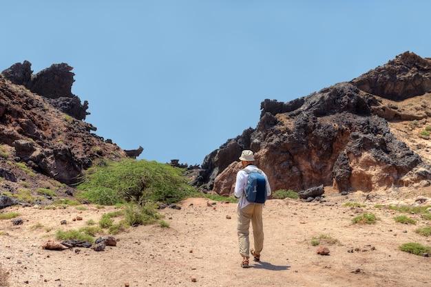 그림 같은 장소를 걷는 배낭과 함께 관광객에게 다시보기., hormuz island, hormozgan,이란.