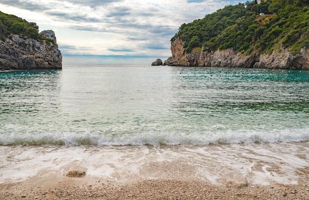 코르푸 섬의 paleokastritsa에서 맑은 물이있는 놀라운 베이 해변에서보기