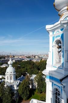 Вид с колокольни смольного собора с куполом с крестом
