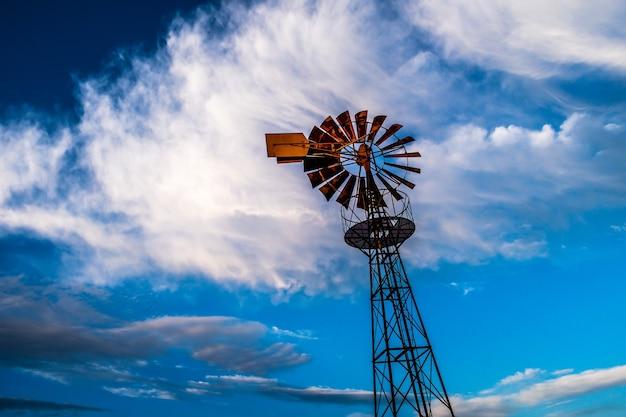 Вид снизу на традиционную ветряную мельницу для водяной помпы.