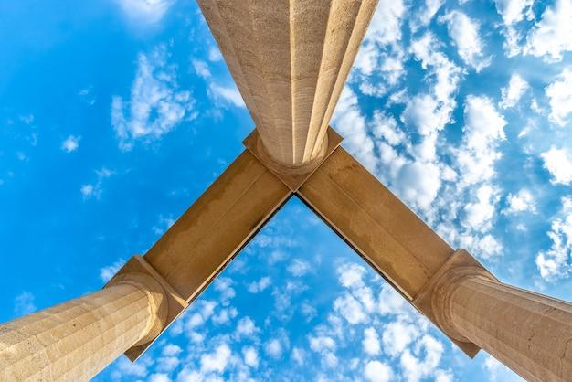ギリシャのリンドスのアクロポリスのアンティークの柱を下から見たところ。