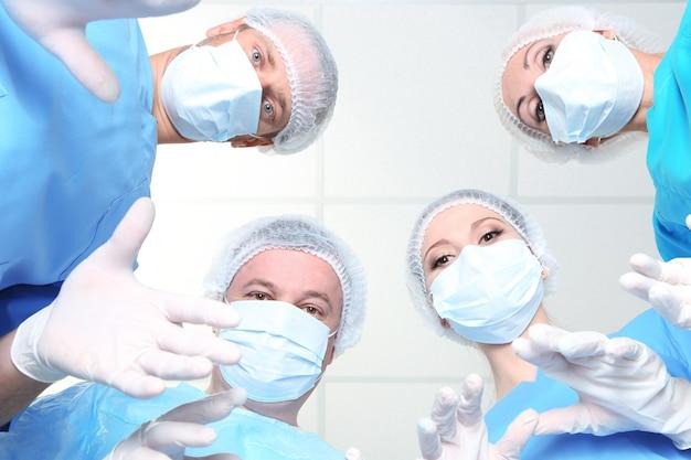 手術中の保護作業服を着た外科医の下からの眺め
