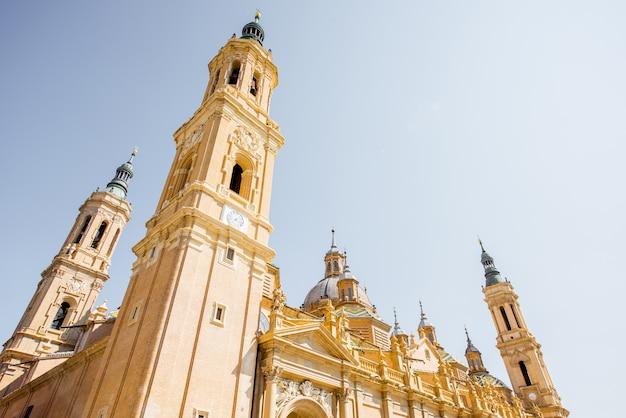 スペインの晴れた日のサラゴサ市の中心部にある柱の聖母大聖堂を下から見る