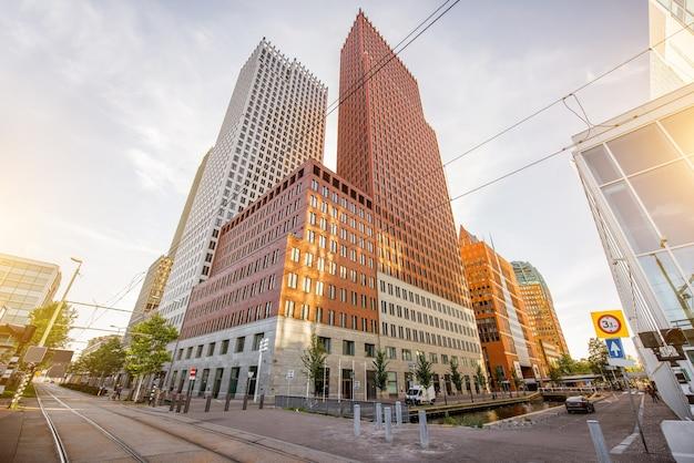 Вид снизу на современные офисные здания в городе хааг, нидерланды